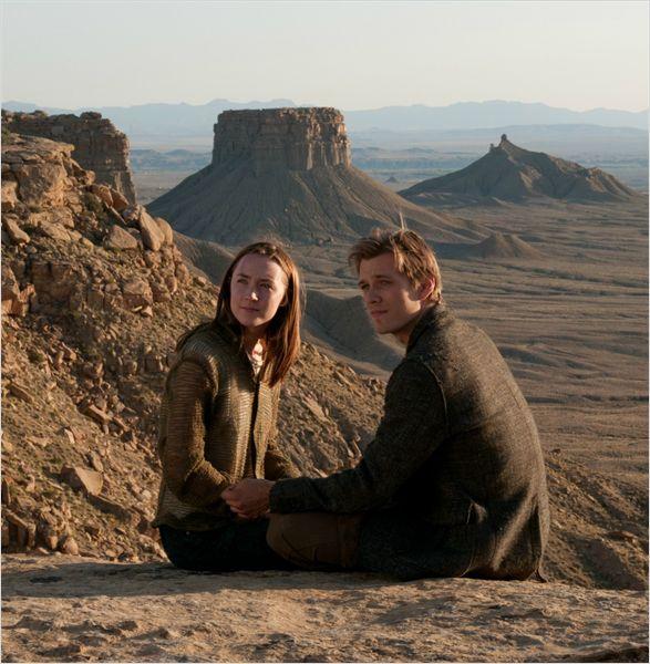 """תמונה של ג'ייק אייבל עם סירשה רונאן מתוך """"גוף מארח"""""""