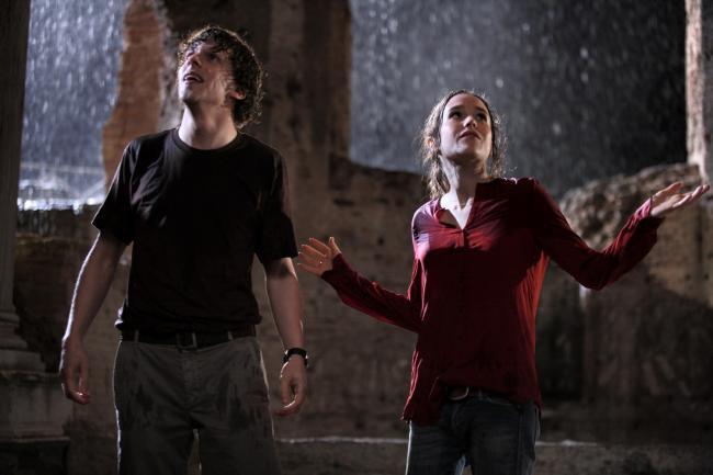 """""""לרומא באהבה"""". אלן פייג', ג'סי אייזנברג."""