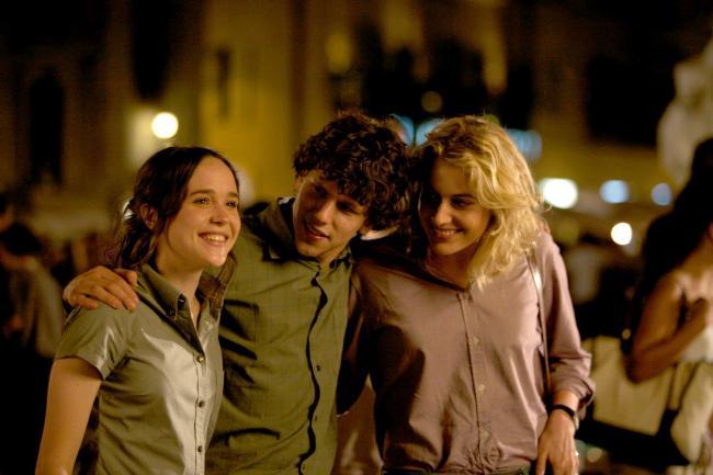 """""""לרומא באהבה"""". גרטה גרוויג, ג'סי אייזנברג, אלן פייג'."""