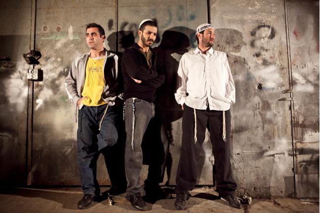 """""""המשגיחים"""". מימין: גל פרידמן, רועי אסף ואיציק גולן. צילום: דניאל קמניסקי."""