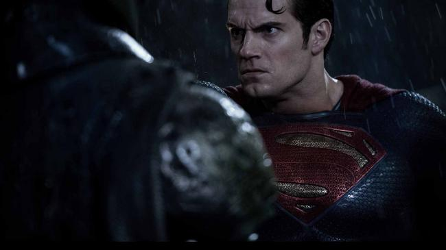 """""""באטמן נגד סופרמן: שחר הצדק"""". הנרי קאוויל."""