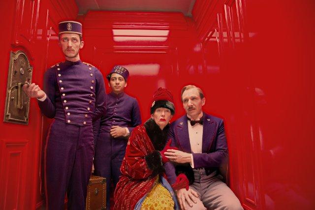"""""""מלון גרנד בודפשט"""". רייף פיינס, טילדה סווינטון, טוני רבולורי."""