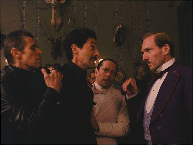 """תמונה של אדריאן ברודי עם רייף פיינס, מתייה אמלריק, ווילם דפו מתוך """"מלון גרנד בודפשט"""""""