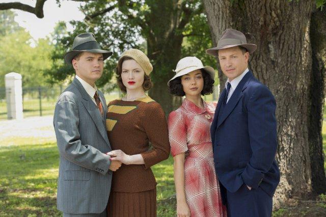 """תמונה של שרה היילנד עם אמיל הירש, הולידיי גריינג'ר, ליין גאריסון מתוך """"בוני וקלייד"""""""