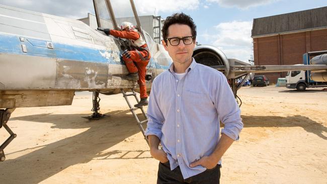 """""""מלחמת הכוכבים: פרק 7 - הכוח מתעורר"""". ג'יי-ג'יי אברמס."""