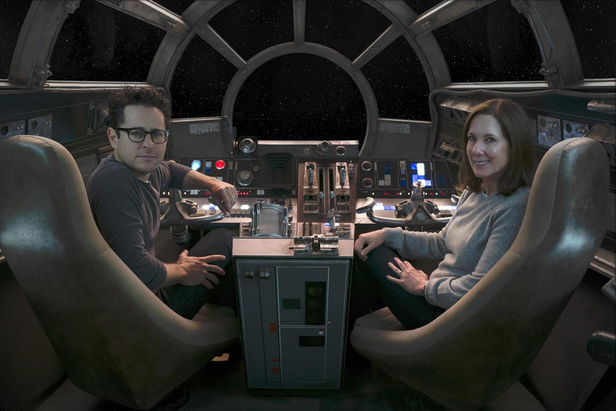 """תמונה של ג'יי-ג'יי אברמס עם קתלין קנדי מתוך """"מלחמת הכוכבים: פרק 7 - הכוח מתעורר"""""""