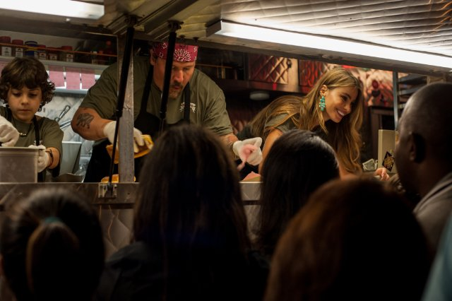 """תמונה של ג'ון פאבריו עם סופיה ורגרה מתוך """"שף"""""""