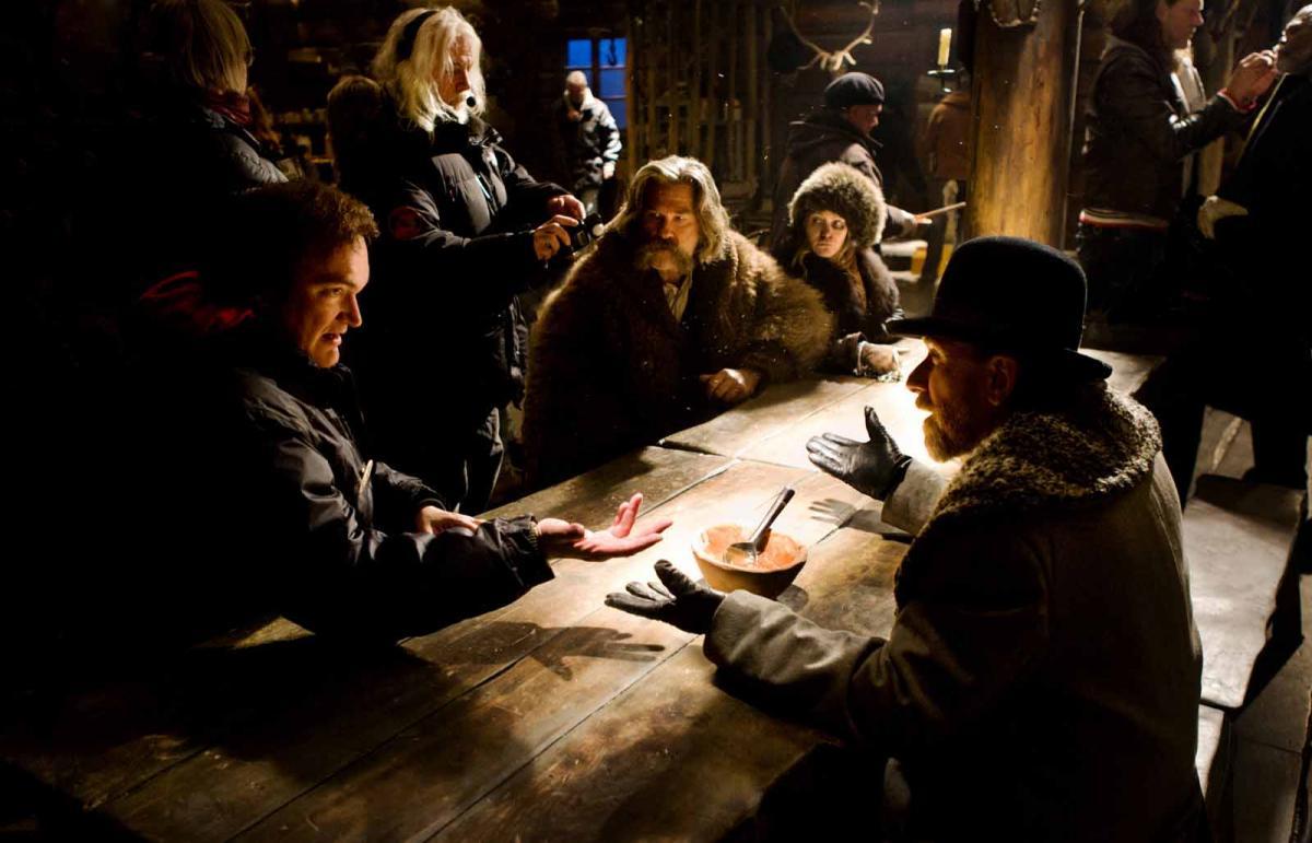 """תמונה של קווינטין טרנטינו עם טים רות', ג'ניפר ג'ייסון לי, קורט ראסל מתוך """"שמונת השנואים"""""""
