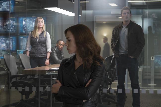 """""""קפטן אמריקה 3: מלחמת האזרחים"""". כריס אוואנס, סקרלט ג'והנסון."""