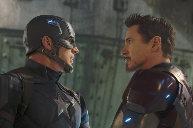 """""""קפטן אמריקה 3: מלחמת האזרחים"""". רוברט דאוני ג'וניור, כריס אוואנס."""