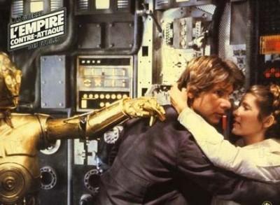 """תמונה של קארי פישר עם האריסון פורד מתוך """"מלחמת הכוכבים: פרק 5 - האימפריה מכה שנית"""""""