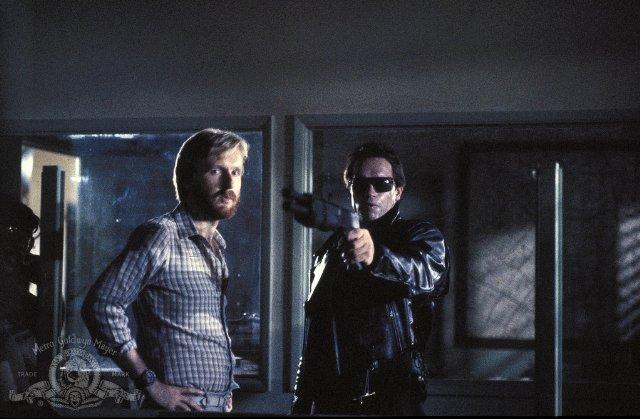 """תמונה של ג'יימס קמרון עם ארנולד שוורצנגר מתוך """"שליחות קטלנית"""""""