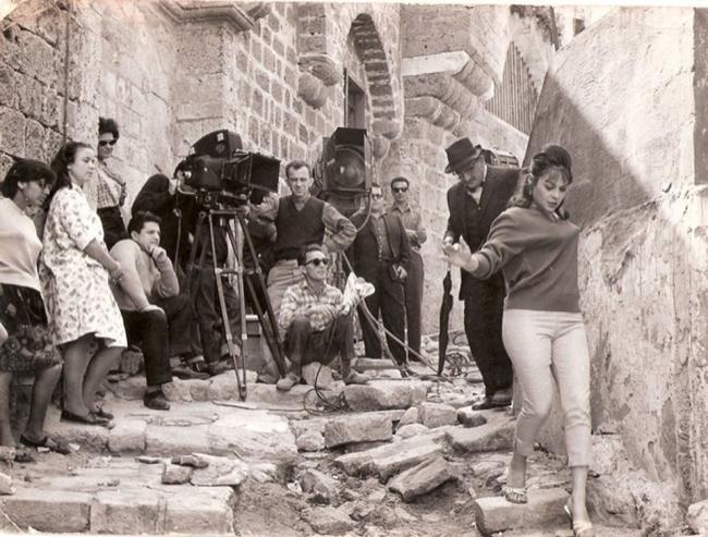"""""""אלדוראדו"""", מאחורי הקלעים: גילה אלמגור צועדת, מנחם גולן ליד המצלמה."""