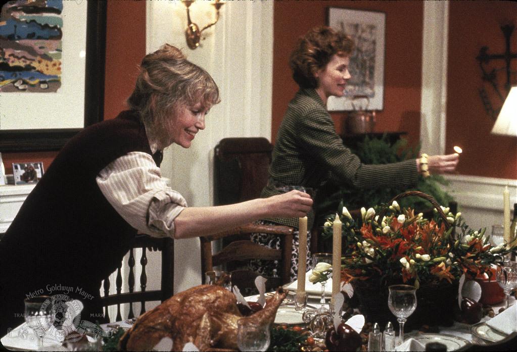 """תמונה של דיאן ווייסט עם מיה פארו מתוך """"חנה ואחיותיה"""""""