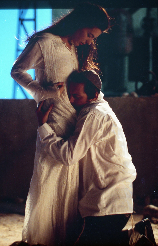 """תמונה של איילת זורר עם יחזקאל לזרוב מתוך """"אהבה אסורה"""""""