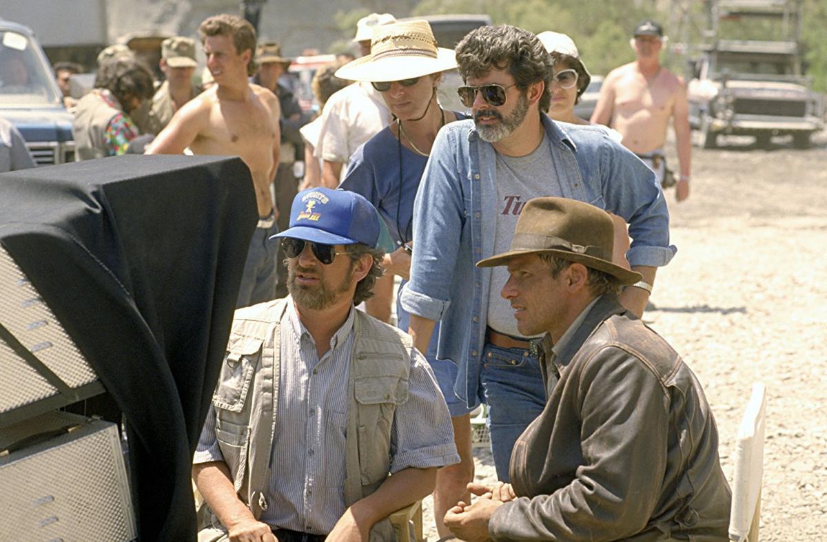 """תמונה של סטיבן שפילברג עם האריסון פורד, ג'ורג' לוקאס מתוך """"אינדיאנה ג'ונס ומסע הצלב האחרון"""""""