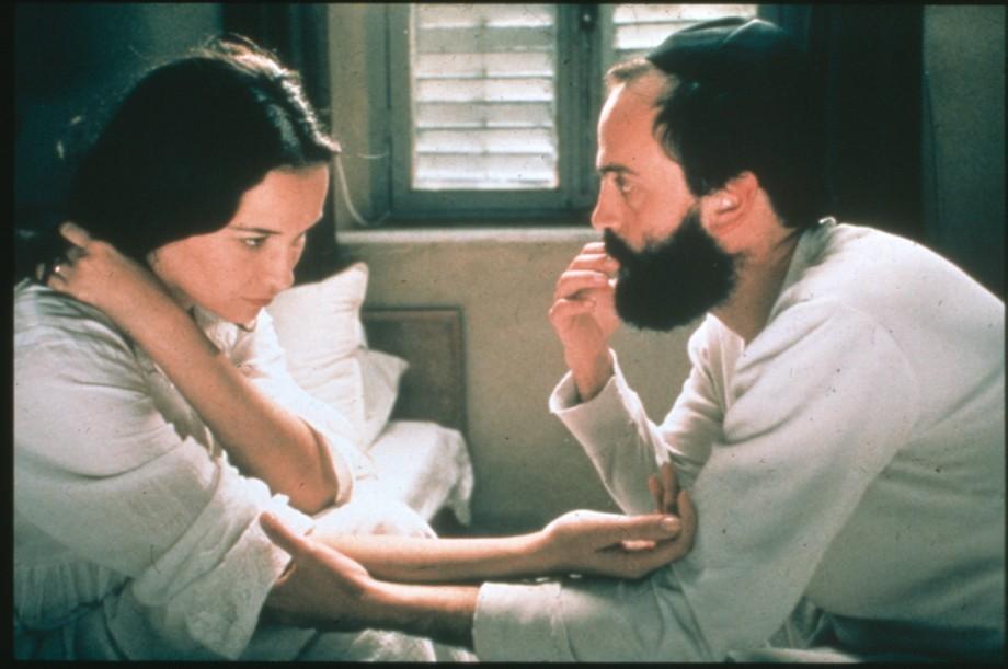 """תמונה של יורם חטב עם יעל אבקסיס מתוך """"קדוש"""""""