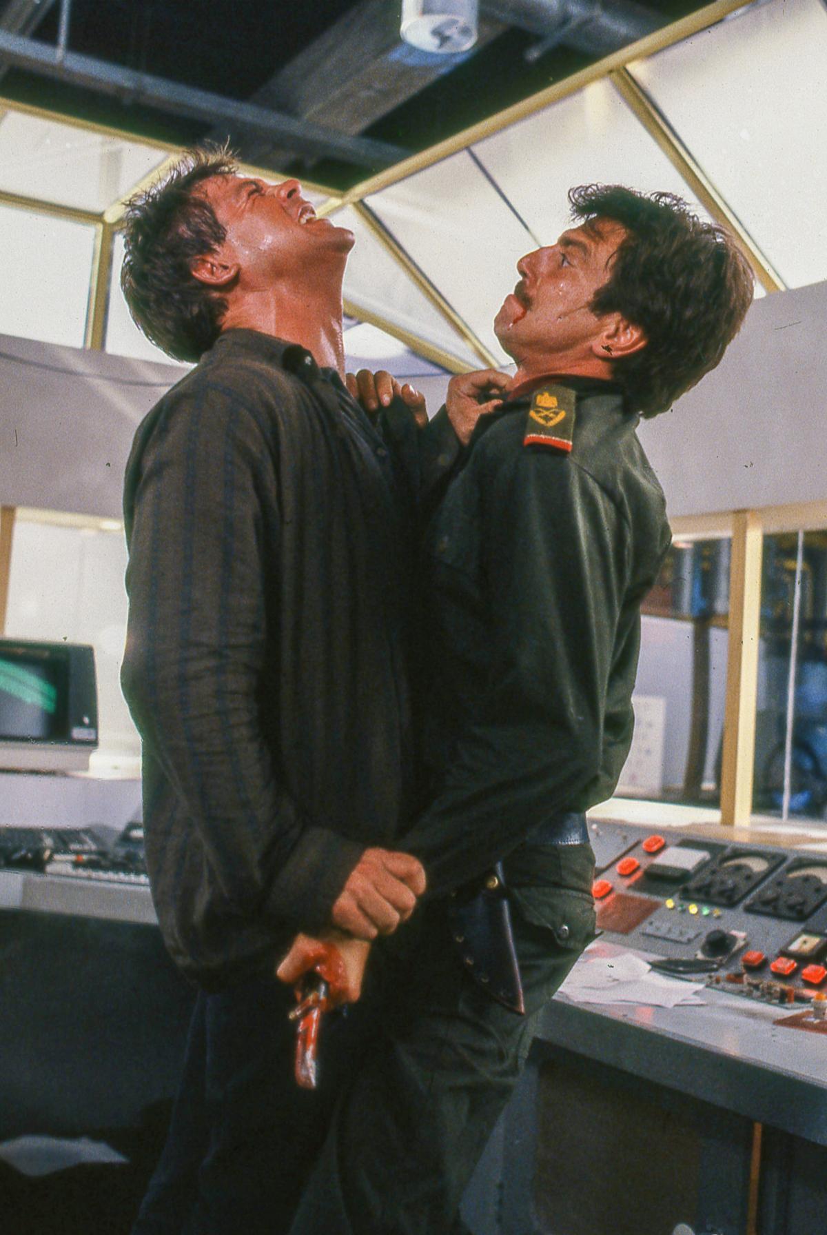 """תמונה של יוני המנחם עם מייקל דודיקוף, סטיב אינווד מתוך """"מגן אנושי"""""""