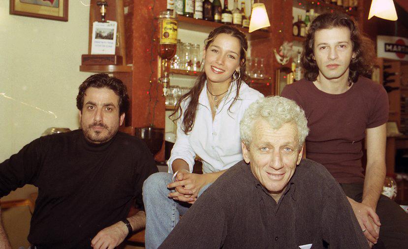 """תמונה של אייל שכטר עם מוני מושונוב, מנשה נוי מתוך """"בסהמה מוצ'ו"""""""