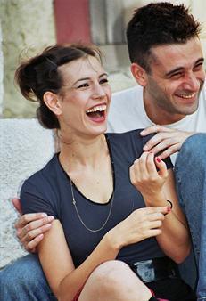"""תמונה של גיא לואל עם אסנת חכים מתוך """"חוכמת הבייגלה"""""""