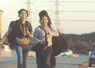 אורלי זילברשץ עם מאיה מרון. מתוך כנפיים שבורות.