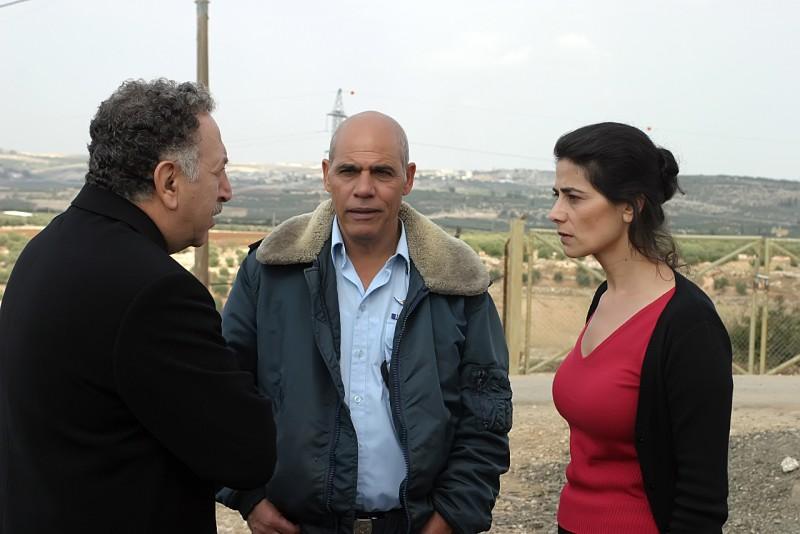 """תמונה של אורי גבריאל עם היאם עבאס, מכרם ח'ורי מתוך """"הכלה הסורית"""""""
