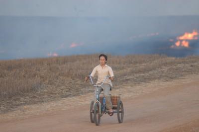 """תמונה של איל פישר עם תומר שטיינהוף מתוך """"אדמה משוגעת"""""""