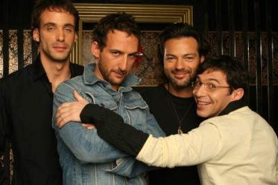 """תמונה של יובל סמו עם אורי פפר, ירון ברובינסקי, אקי אבני מתוך """"אולי הפעם"""""""