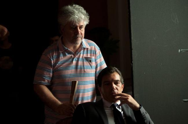 """""""העור בו אני חי"""". אנטוניו בנדרס, פדרו אלמודובר."""