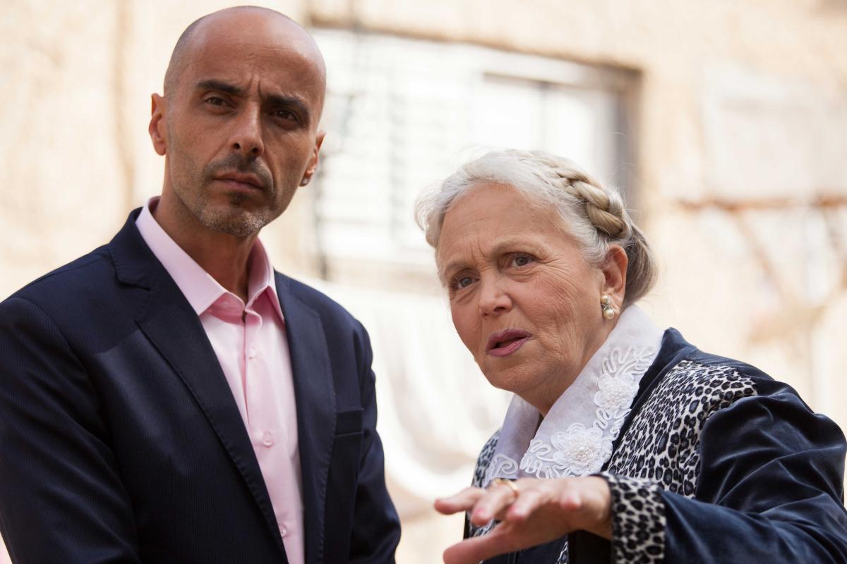 """תמונה של מירי אלוני עם אלי פיניש מתוך """"להרוג את הסבתא"""""""