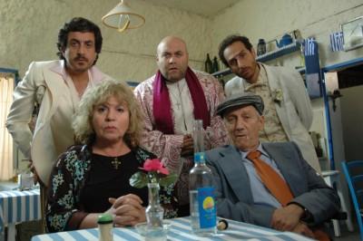 """תמונה של מוני מושונוב עם דביר בנדק, תיקי דיין, מנשה נוי, עמי סמולרצ'יק מתוך """"פאפאדיזי"""""""