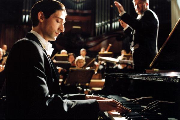 """תמונה של אדריאן ברודי מתוך """"הפסנתרן"""""""