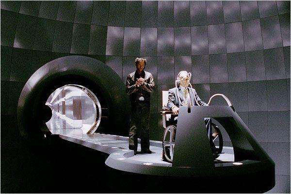 """תמונה של פטריק סטוארט עם יו ג'קמן מתוך """"אקס- מן 2"""""""